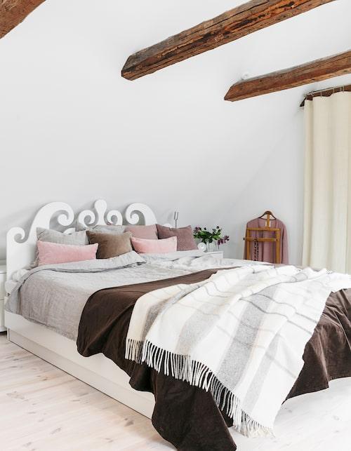 Maries och Eriks sovrum på övervåningen. Sänggavel av Karin Mannerstål för numera nedlagda S&B Nord. Linnelakan från Lovely linen.