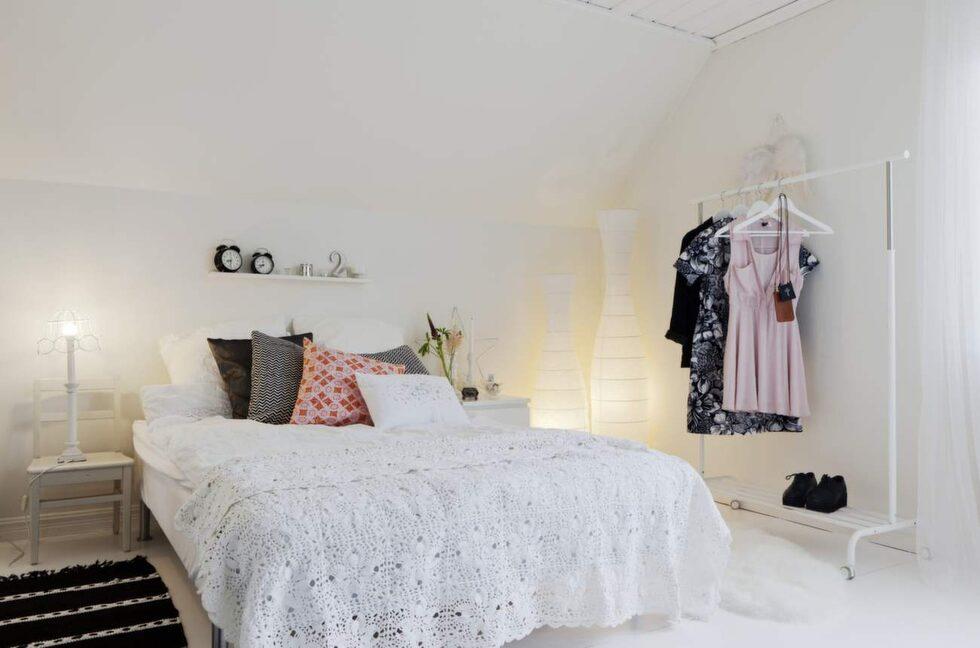 Almas tum håt i ljusa toner med kuddar från Glad!, Afroart, och H&M home. Klädställning från Ikea.