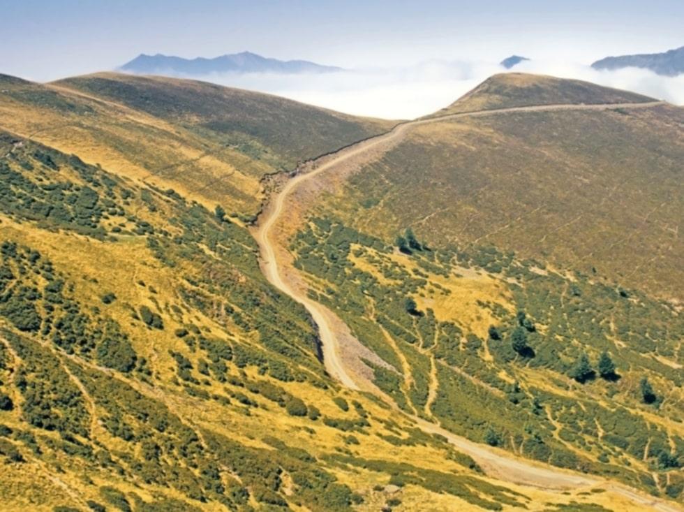 Baskien runt går över bergskedjan Pyrenéerna.