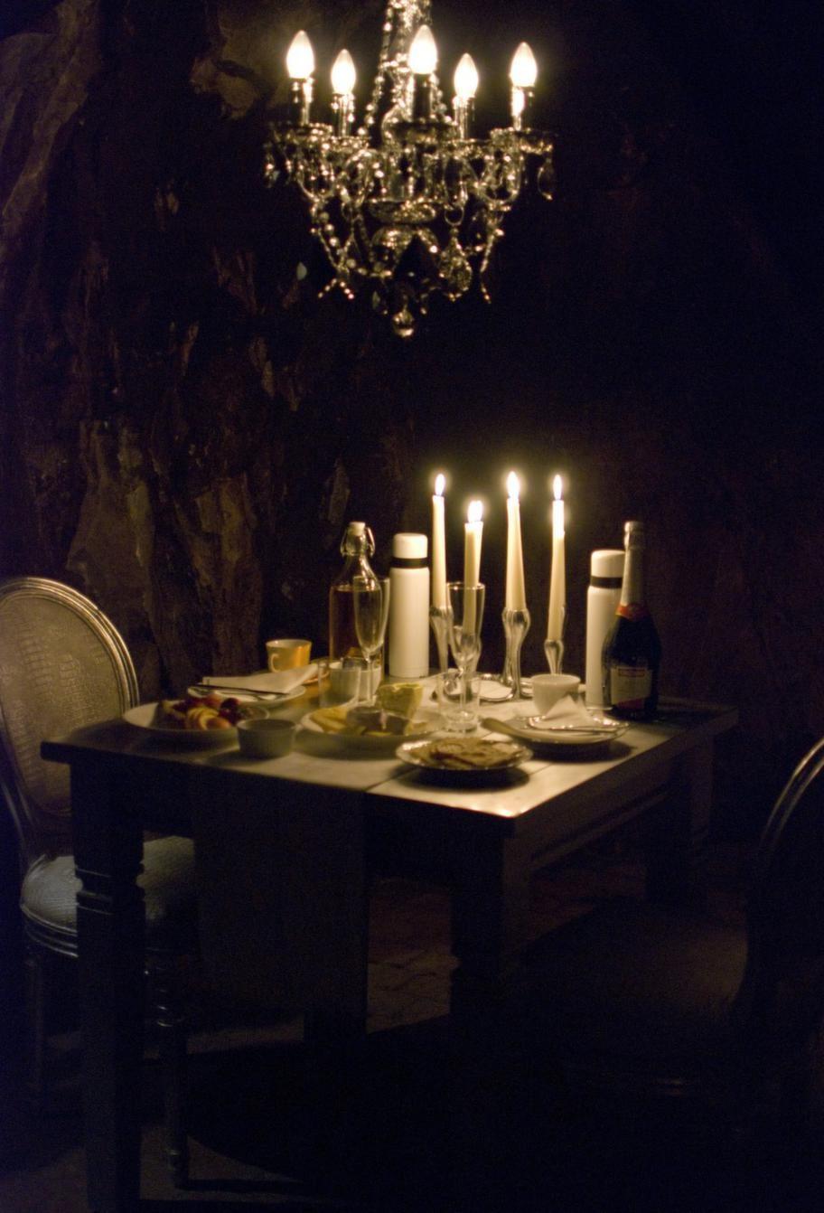 I sviten är ett bord uppdukat med ost, kex, vin, frukt och choklad.