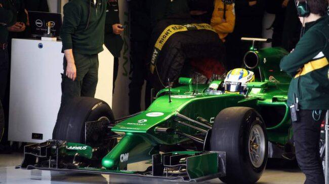 Marcus Ericsson i depån under första testerna med nya bilen i Jerez, Spanien.