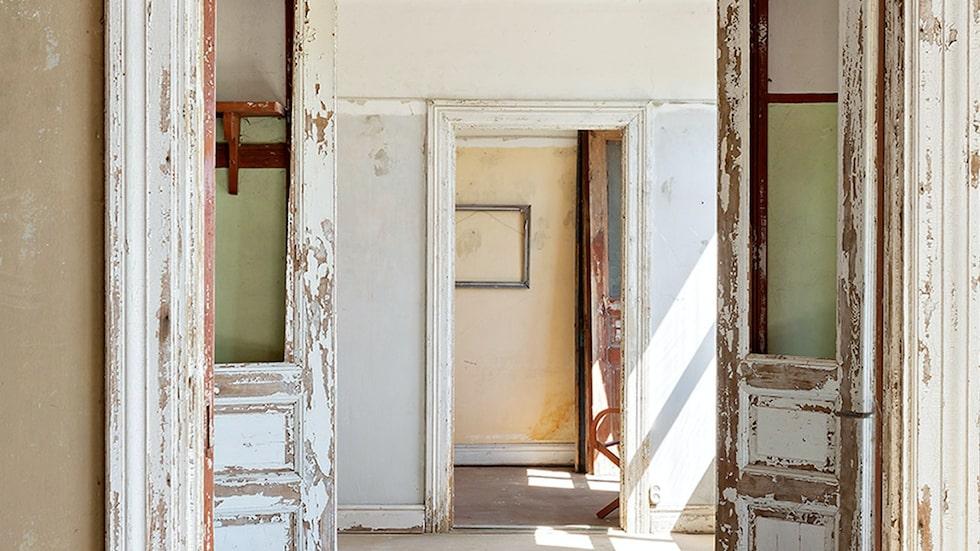 Den en gång så ståtliga villan har förfallit rejält och kallas av många för ruckel i dag, men potentialen för att åter ta fram dess glans finns för den som tar över.