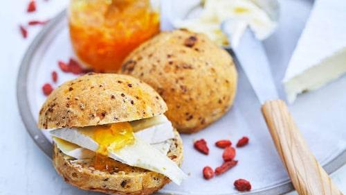 Piffa upp frukosten lite extra med energirika frallor med quinoa
