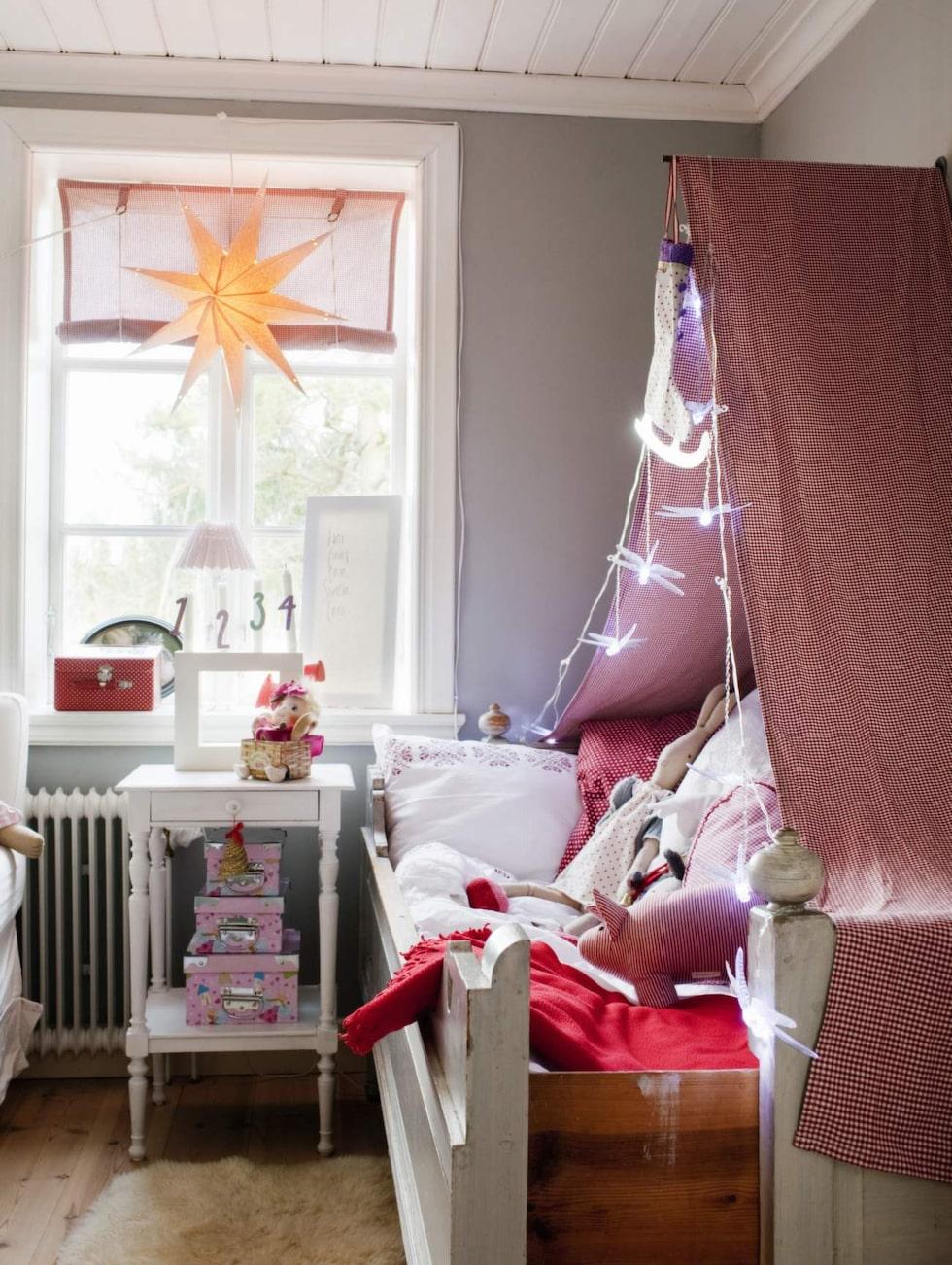 Sängen och sängbordet i Livs rum är original från huset. Sänghimlen är Lindas egen konstruktion, med hjälp av ljusslinga från Ikea.