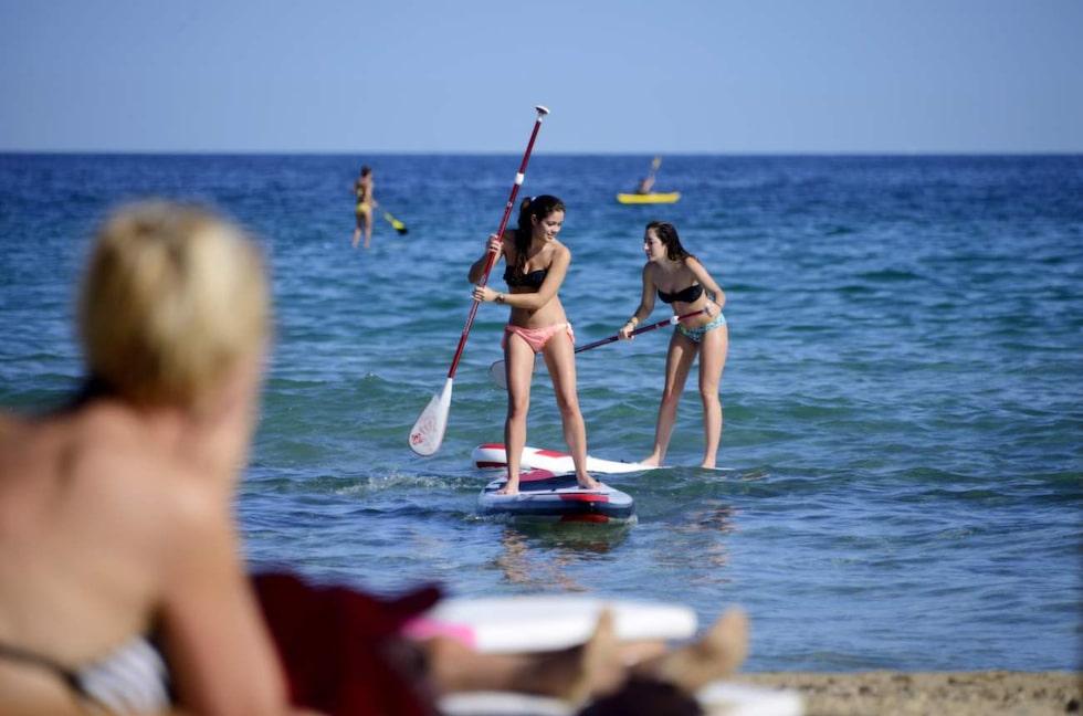 Paddla. En kul aktivitet – stand-up-paddling på stranden Arenales del Sol, i Elche.