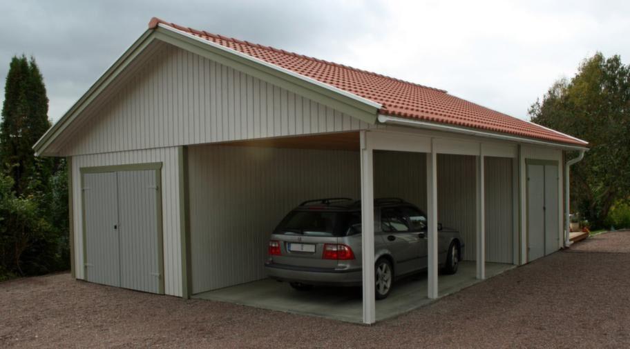 Öppen carportEtt bra alternativ till garage är en öppen carport där vissa väggar har ersatts av balkar och stolpar. Carportar kan kombineras med garage eller förråd, möjligheterna är stora. Pris för den här modellen ligger på cirka 60 000 kronor.Info: lundqvisttravaru.se