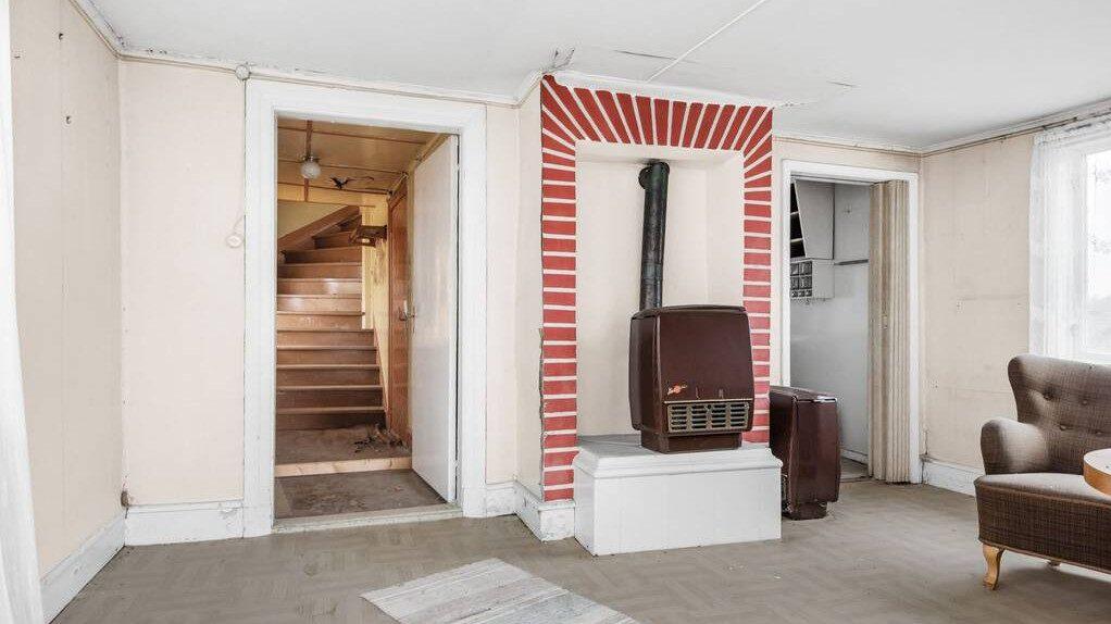 På nedervåningen finns ett vardagsrum och ett kök.