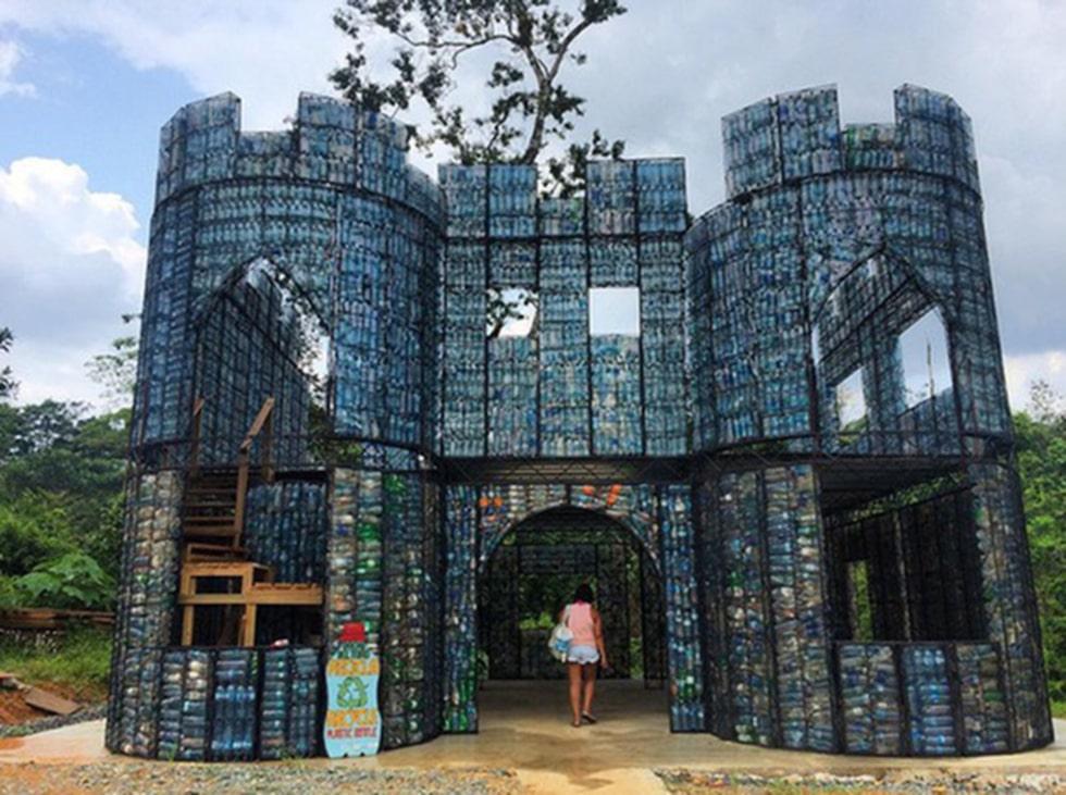 Flaskorna används som fyllnadsmaterial sedan stommarna rests och täcks sedan med betong.