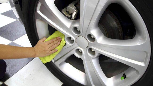 Preparera aluminiumfälgarna med fälgvax. Här hittar du flera tips om hur du skyddar bilen i höst.