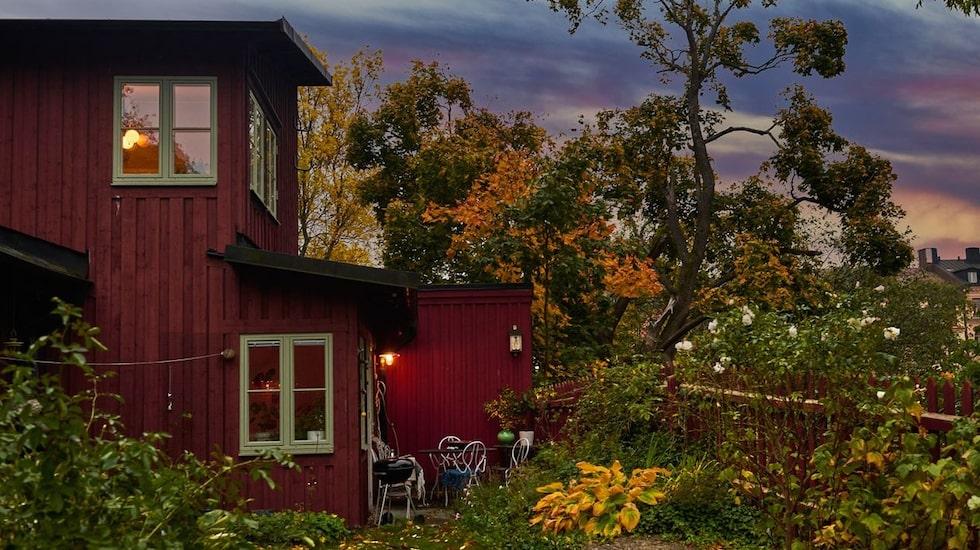 Det lilla huset ligger vackert beläget met en lantlig känsla – fast mitt på Södermalm i Stockholm.