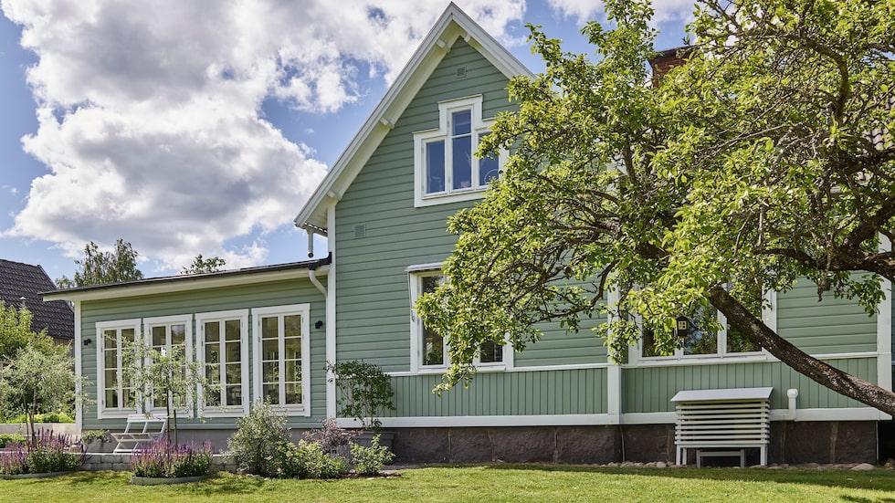 Den vackra trävillan från 1909 ligger i Vassmolösa, söder om Kalmar.