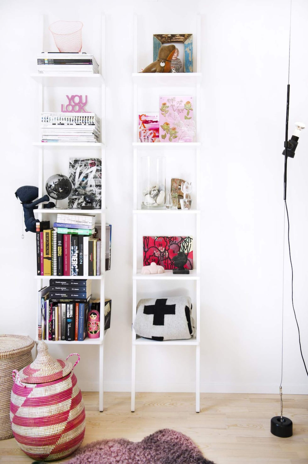 I hyllorna spawrar Catrine och hennes sambo fotografier, böcker, magasin och fynd från olika resor. Den rosa fårfällen kommer från Gotland och i korgarna förvarar Caroline magasin.