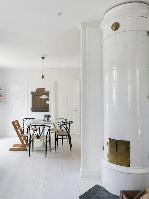Skomakarlampan följde med huset och hänger på samma plats som den gjorde då. Den är i princip det enda som är sig likt i hela köket. Köksbord Docksta, Ikea. Stolar Delta, Danform. Tripp trapp-stolen är gammal och har tidigare använts av Lina och hennes syskon när de var små.