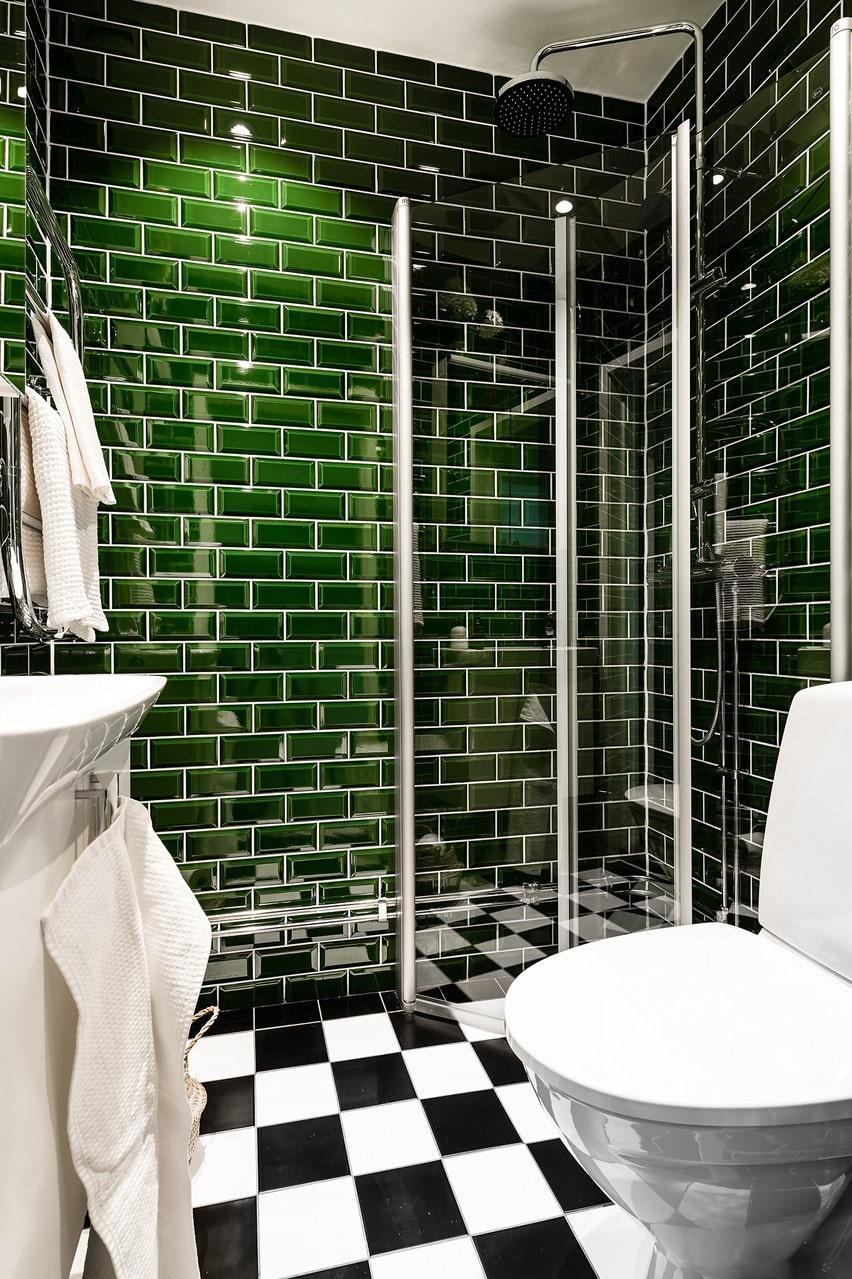 I badrummet finns både dusch, toalett och handfat.