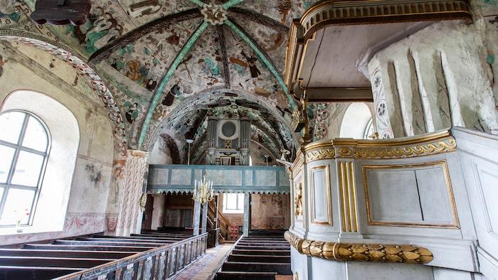 Härkeberga kyrka med Pictors valvmålningar och den gustavianska predikstolen.