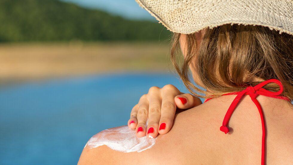 Vårda huden genom att använda solkräm varje dag