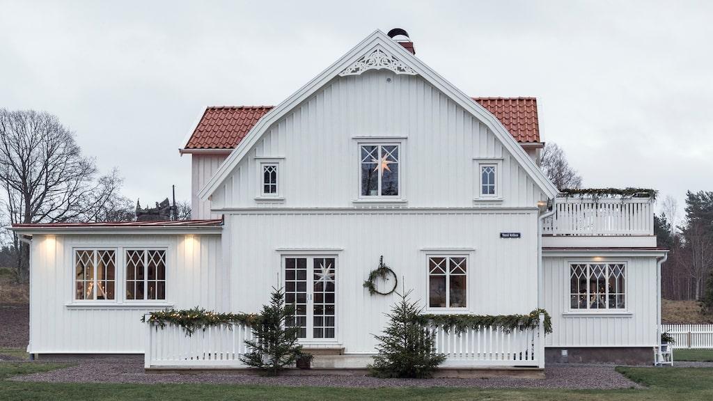 Huset på ön Torsö i Vänerns skärgård utanför Mariestad är byggt 1925. När Therese och Johan köpte huset var det rött med vita knutar och i stort behov av renovering.