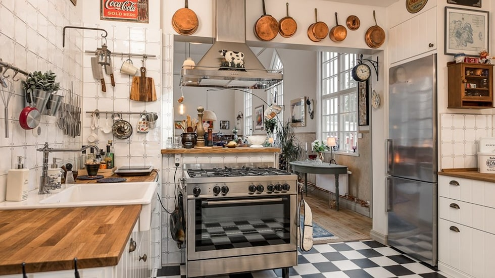 Köket har smakfullt renoverats från golv till tak med påkostade materialval och vitvaror i toppkvalitet. Här har man uppnått en intim och härlig atmosfär med kontinental bistrokänsla i perfekt kontrast till kyrkosalens rymd.