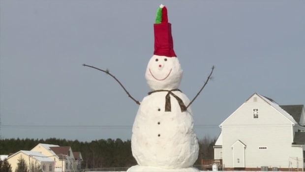 Familjens snögubbe är gigantisk - 6,4 meter hög