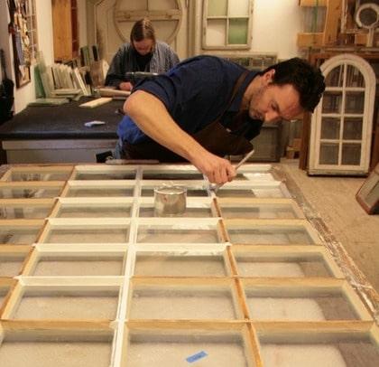 Lätt på hand. En grundlig renovering av gamla fönster ska göras av en expert, enligt byggvårdaren Brane Nikolic på Järva Byggnadsvård i Stockholm. Men enklare underhåll kan du klara själv - med rätt verktyg och ett stort tålamod.