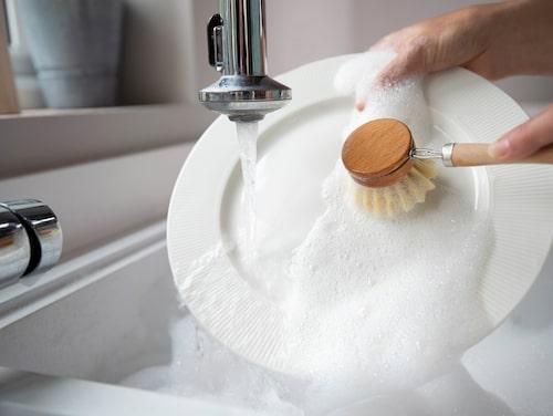 Testa en diskborste i trä! Hållbart och samtidigt en fin inredningsdetalj i diskstället.