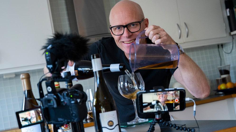 Anders Melldéns filmer, Winesplaining, har gjort succé på nätet i corona-tider. Nu har Allt om Vin utsett honom till Årets dryckesprofil 2020.