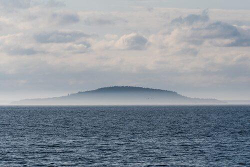 Mytomspunna Blå Jungfrun ligger som en safir i havet utanför Öland.