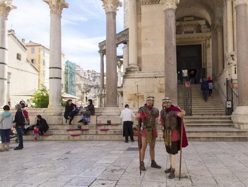 Än i dag står romerska soldater på vakt framför Diocletianus palats i Split.