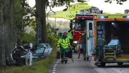 Bil kraschade in i träd – en till sjukhus med helikopter