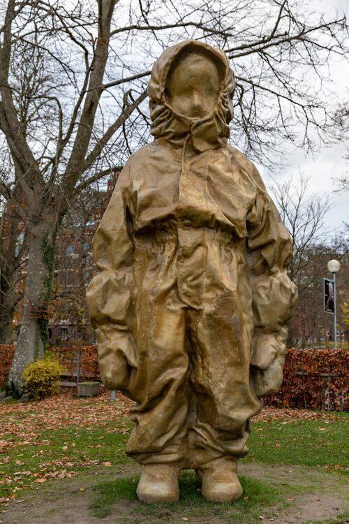 """I parken framför Skissernas museum finns verk av bland andra Charlotte Gyllenhammar. Hennes skulptur """"Ute, jätte"""" är fem meter hög."""