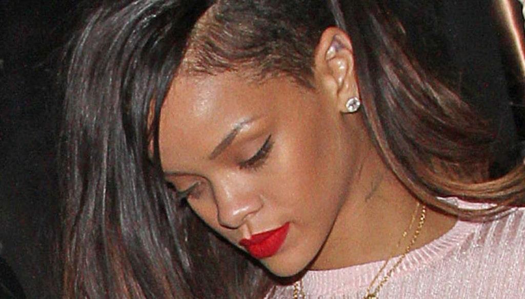 Rihanna byter frisyr och hårfärg oftare än de flesta av oss. Här syns stjärnan i snaggat och långt hår. Hårförlängning och löshår av olika slag är vardagsmat för världsstjärnan.