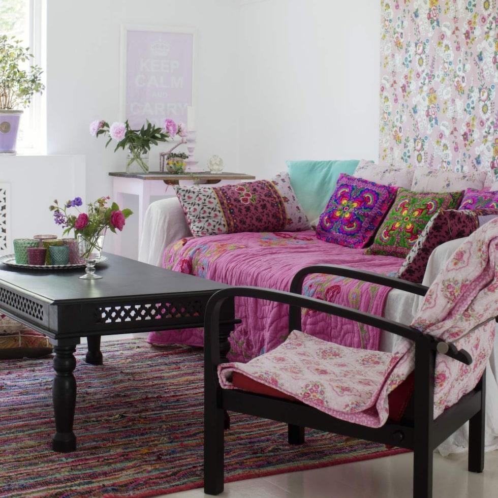 Tv-rummet på övervåningen är mysigt med en stor soffa att krypa upp i, lädd med plädar och kuddar från Indienresor me också från Netto. Matta från Marrakech design. Tapeten bakom soffan kommer från Intrade.