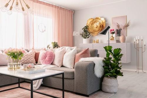 Hörnsoffan är favoritplatsen för häng med familj och vänner. Tunna, dubbla gardiner i vitt och rosa sprider ett ljust och milt ljus över det stora, öppna rummet som även inkluderar kök och matplats. Soffa, från Mio. Soffbord Furniturebox. Taklampa, Gekås. Kuddar från H&M Home, Jotex och Rusta. Golvljusstaken är ett ommålat loppisfynd.