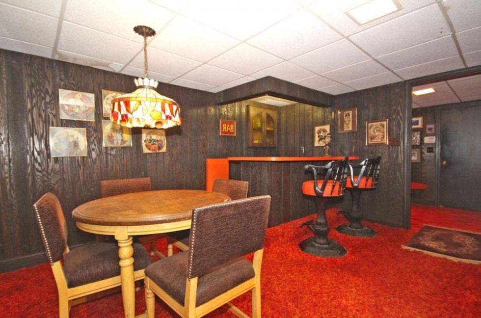I vardagsrummet finns – förstås – en bar.
