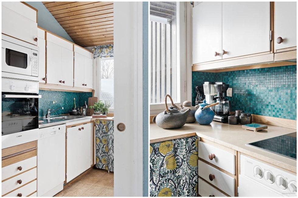 Köksdel med praktiska arbets- och förvaringsytor. Vita luckor, turkos mosaik över laminatbänkskiva och diskbänk i rostfritt. Taket skapar utrymme för ljuset att ta sig över väggskåp vilket ger rummet en känsla av rymd och öppenhet.