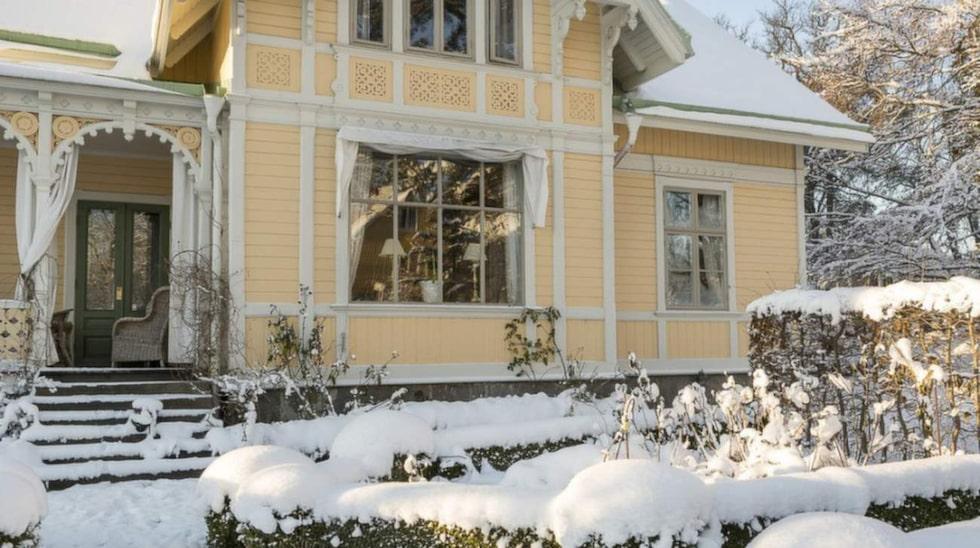 Villan är en riktig sekelskiftesdröm från 1882. Ryktena säger att Kung Oscar II ska ha druckit en drink på verandan.