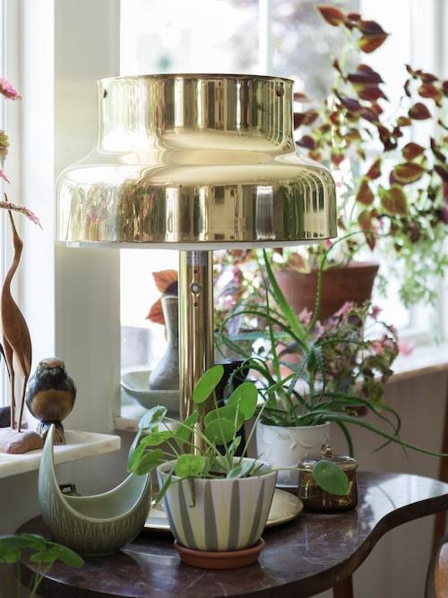 Den guldiga Bumlinglampan önskade sig Marie i födelsedagspresent av sina föräldrar. Hon hade noterat att de inte använde den längre. Grön skål från Rörstrand ur serien Rialto.