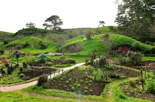 Böljande gröna kullar, med de små husen. Precis som det var när filmerna spelades in.