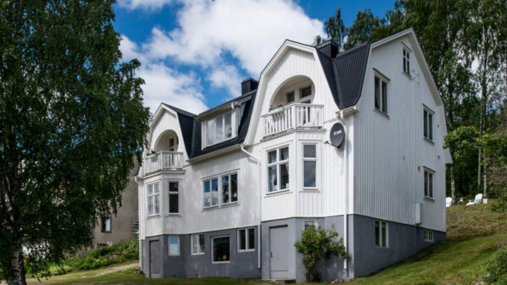 Den vita villan i norra Hälsingland, Nordanstig närmare bestämt, är byggt år 1928.