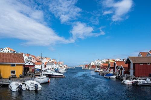 Från Orust tar du dig på tio minuter till Gullholmen med färja från Tuvesvik.