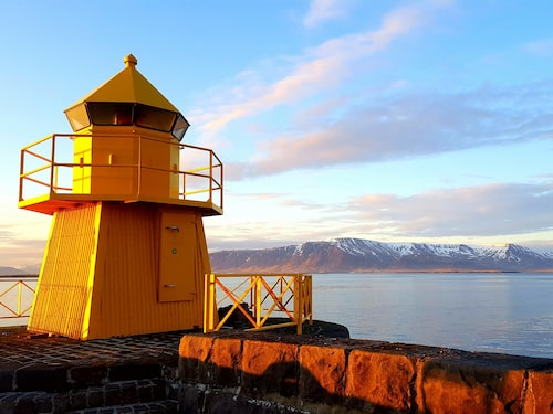 Reykjaviks hamn badar i midnattssolen.