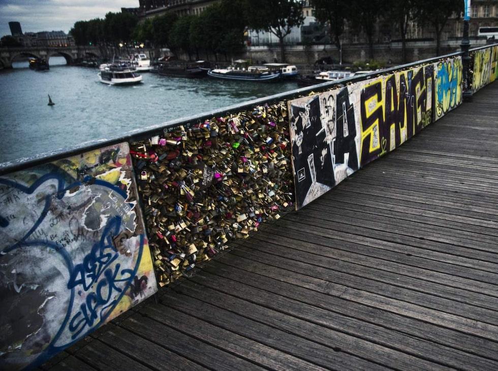 En av de allra populäraste broarna för ändamålet är Le Pont des Arts.