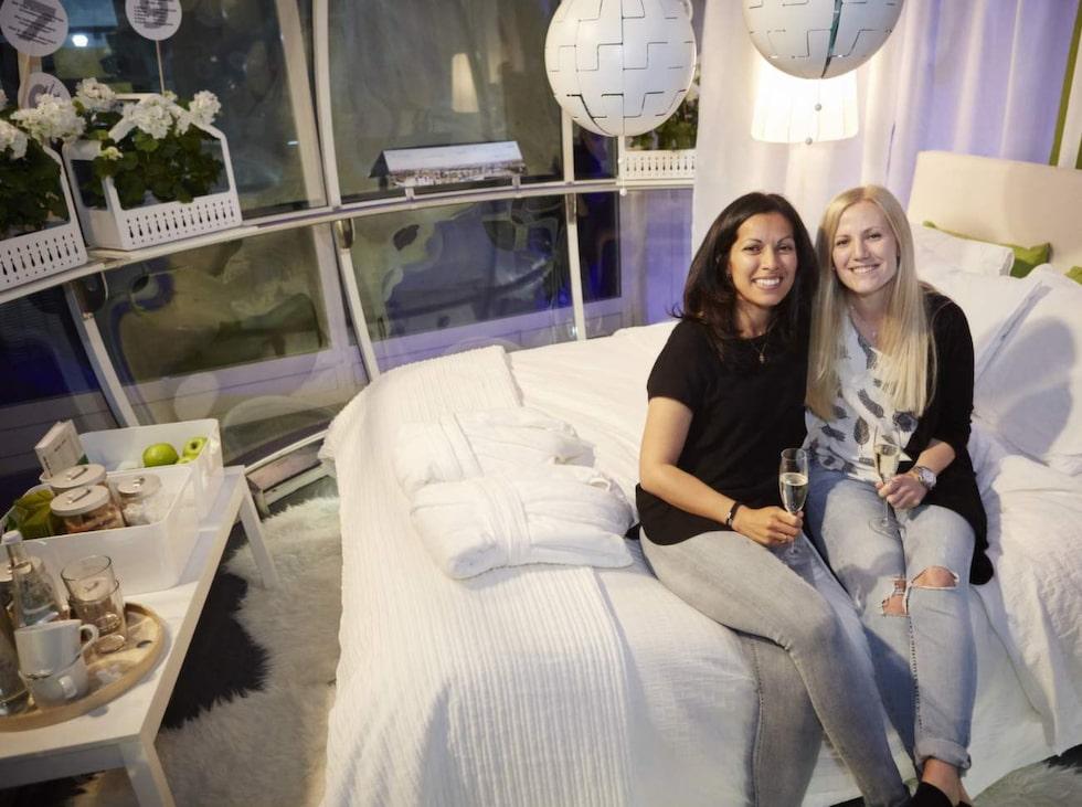 Sanna Kronsell (till höger) överraskade flickvännen Anna Anderson med en natt i Stockholms mest spektakulära boende.