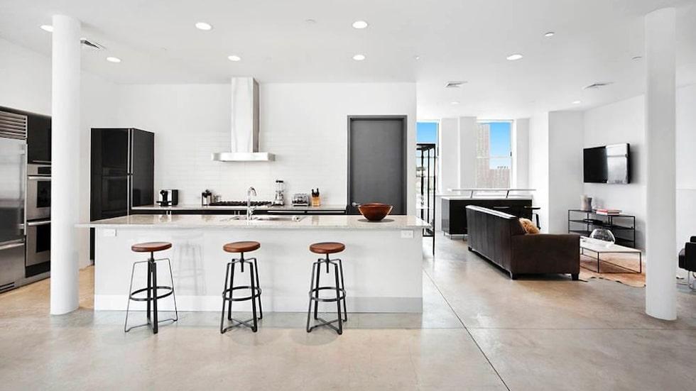Härligt häng vid marmorbänken i det proffsiga köket.
