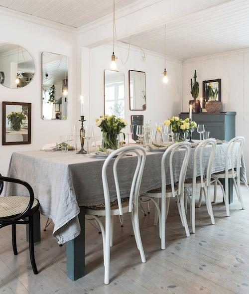 Bordet är ett resultat av Annas och hennes morfar Kjells projekt. Anna har ritat det och Kjell har byggt det. Öglansstolarna är loppisfynd, det är även skänken och alla speglar. Duken är tyg köpt i metervara från Tygskroten i Skene.