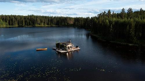 Till husbåten Allmogen tar man sig per eka själv, åror ingår. Väl ute på den flytande stugan finns det inget som kan störa lugnet.