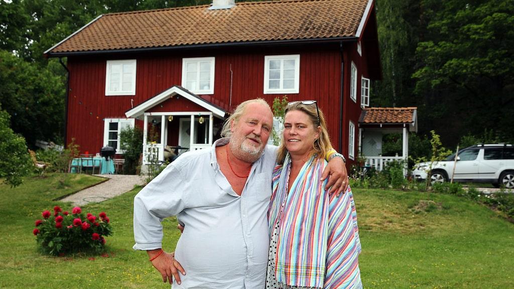 """Här bor han tillsammans med sin fru Maria. """"Från början var det en gammal by här och vid skiften flyttade man husen. En granne bor i ett halvt hus som stått här. Andra halvan är flyttad till en annan by."""""""