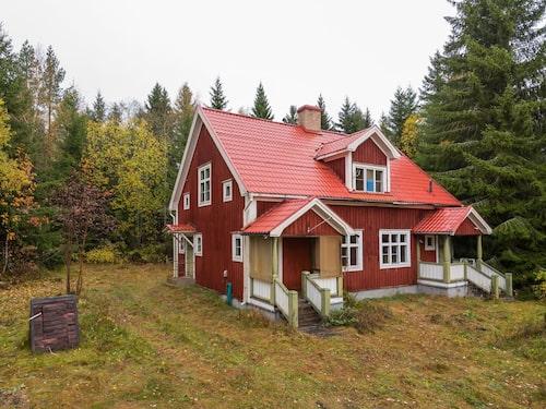 Huset på tomten intill är i bättre skick med flera bevarade originaldetaljer.