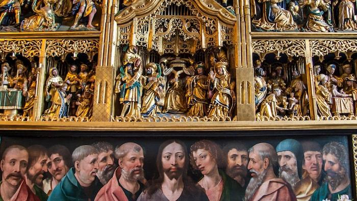 Nederluleå kyrka i Gammelstads kyrkstad kan ståta med ett av Sveriges finaste altarskåp med fantastiska figurer som skildrar Jesu lidande.