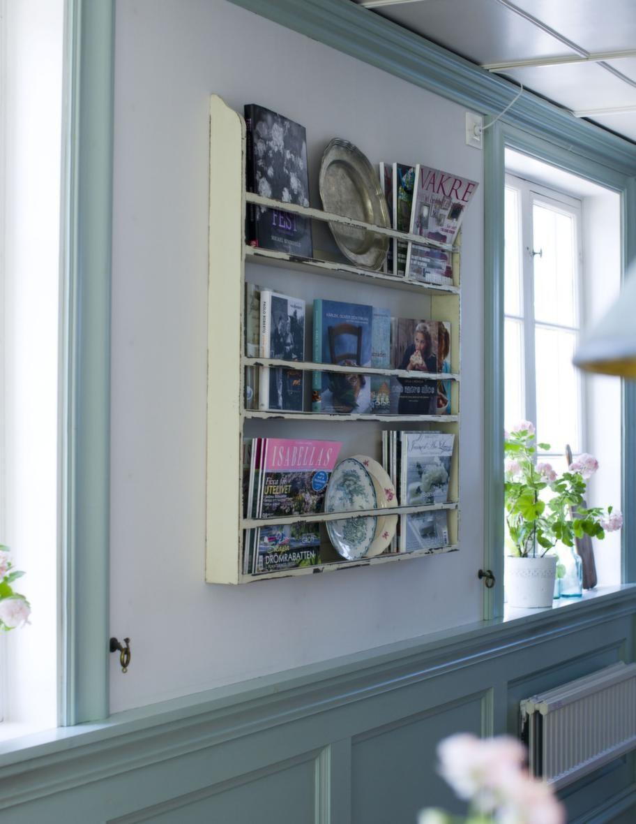 På väggen<br>I tallrikshyllan från Nordal vilar både tidningar och tallrikar.